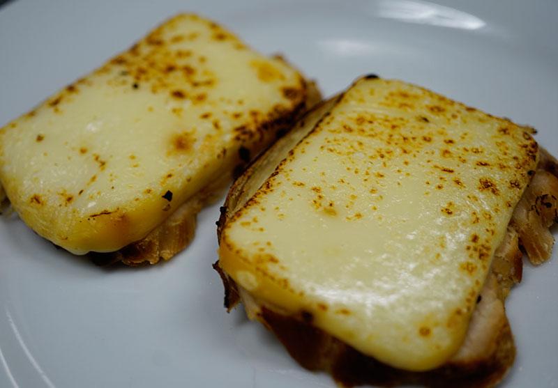 スモークチキンのとろとろチーズのせ